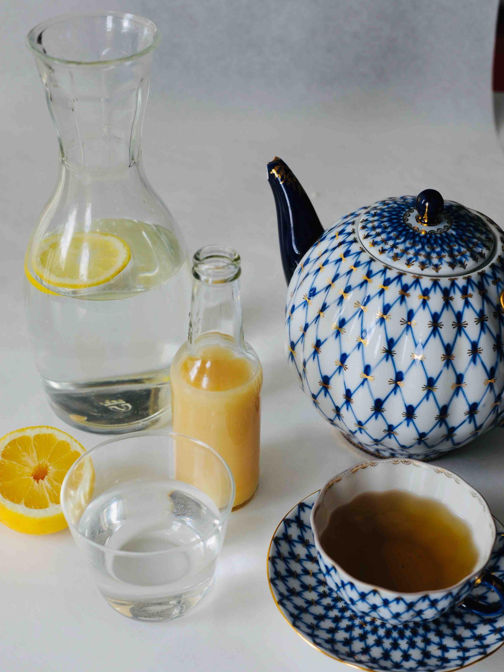 Karaffe mit Zitronenwasser, Bananensaft und Kräutertee gehören zum Heilfasten nach Buchinger.