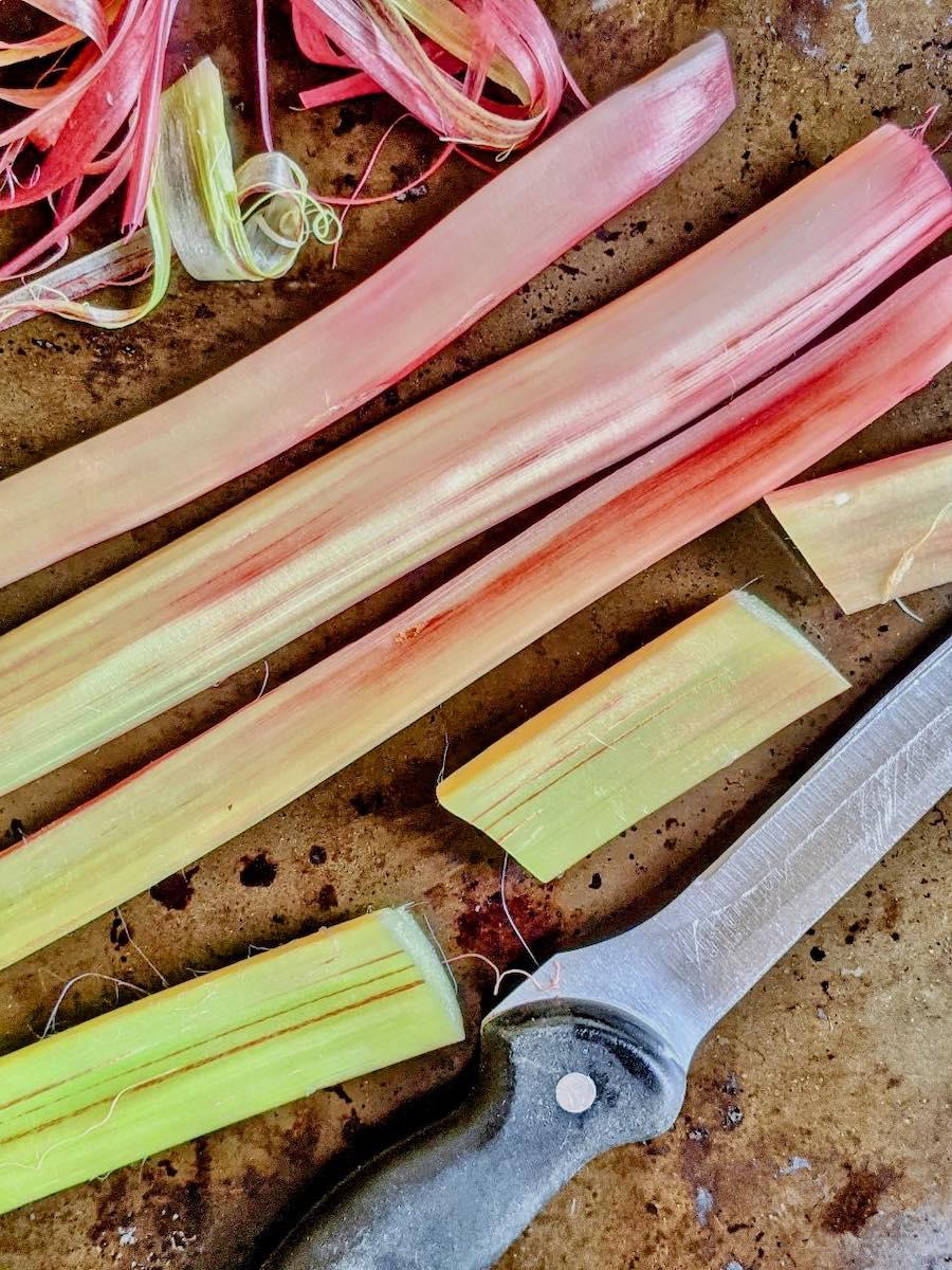 Rhabarber in Stangen geschnitten