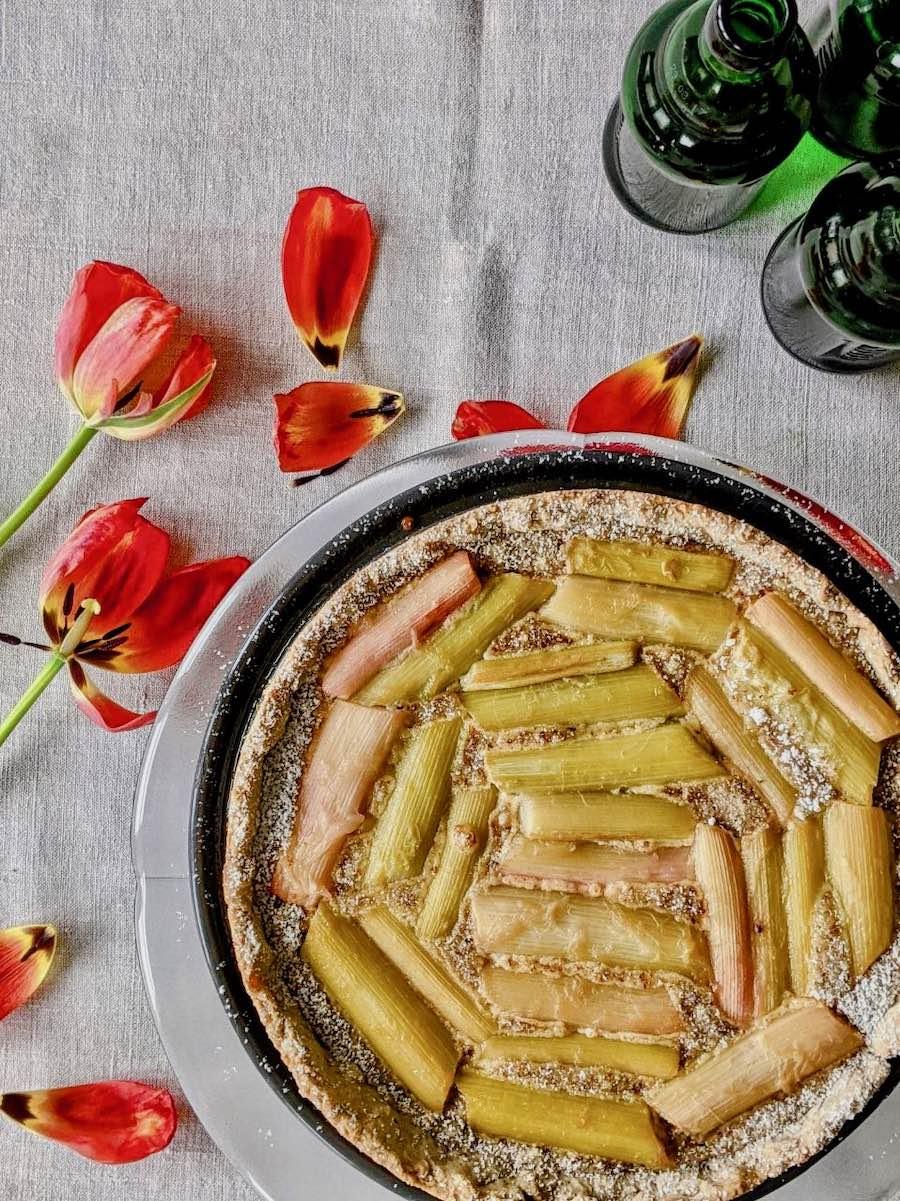 Rhabarber Tarte auf Glasteller mit Tulpen