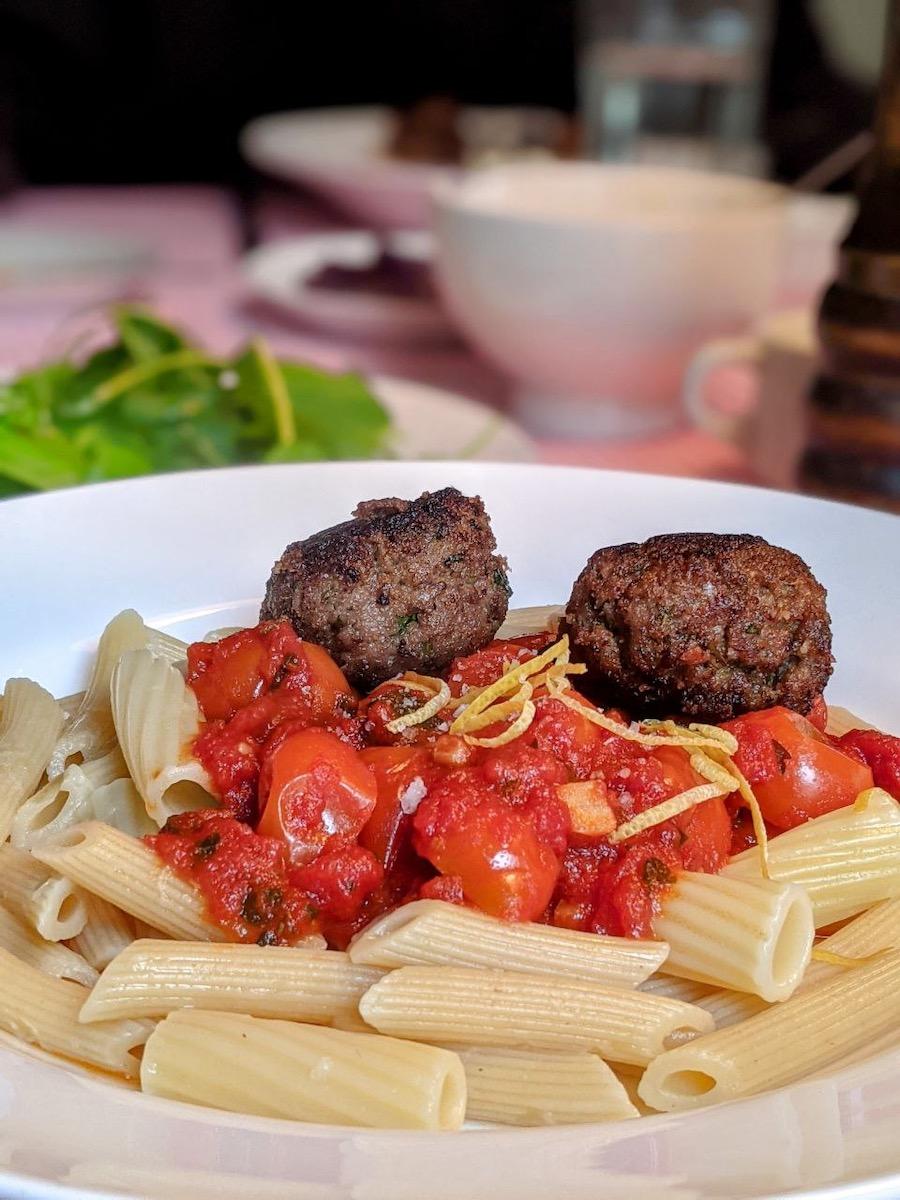 Penne mit Sardellen im Essen, Tomatensoße und Hackfleischbällchen