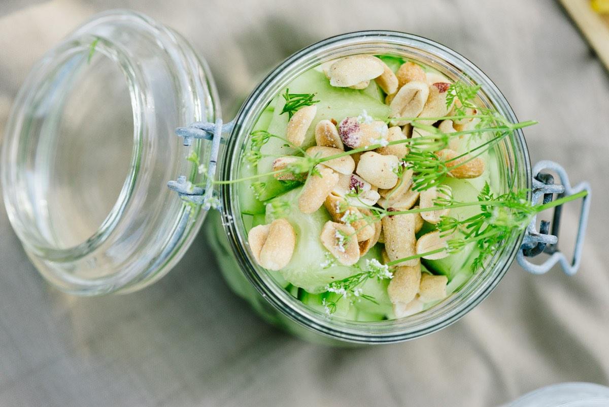 Weck-Glas mit Gurke-Melonen-Salat und gerösteten Erdnüssen