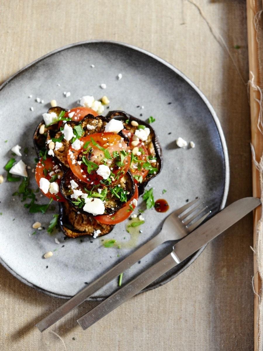 Teller mit butterweichen Auberginen, frischen Tomaten und Ziegenfrischkäse