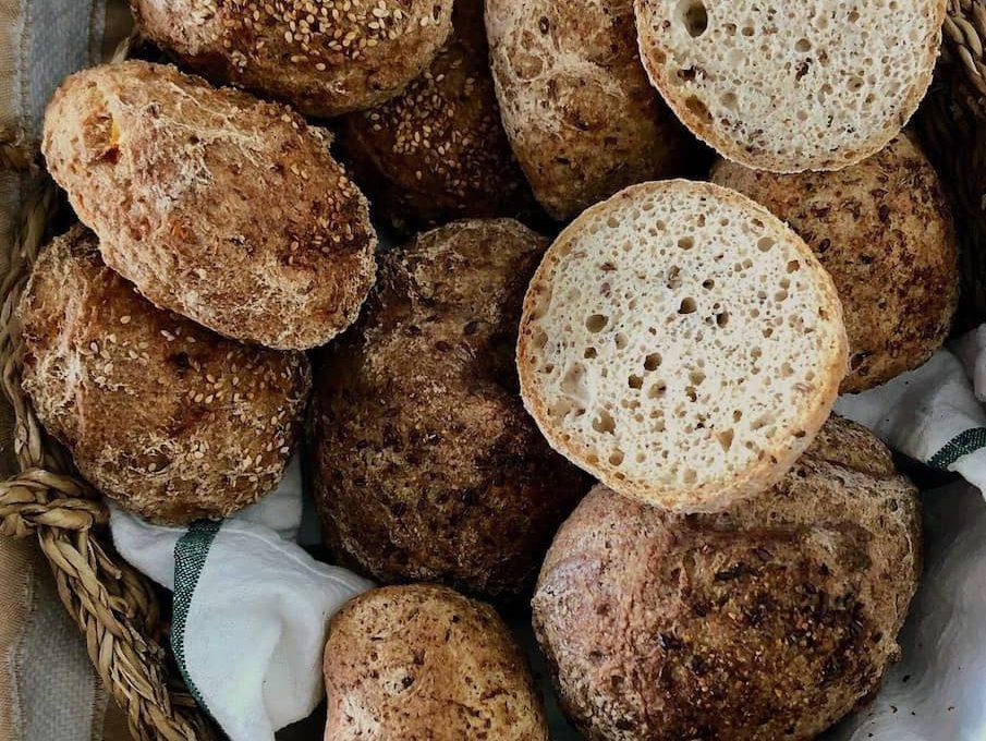 verschiedene glutunfreie Brötchen von Oshione in Brotkorb