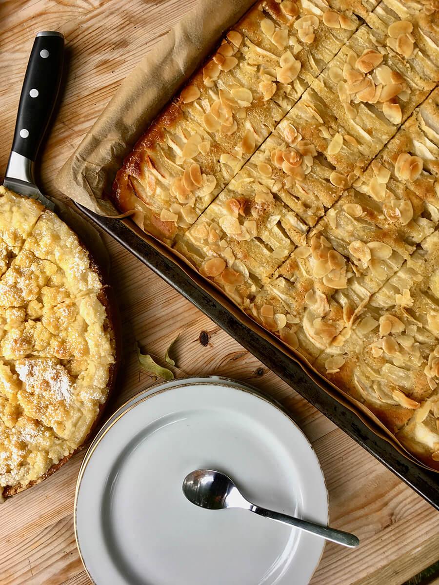 Obstkuchen und Kuchen in Springform mit weißem Teller